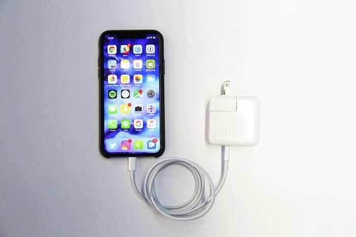 айфон и зарядник
