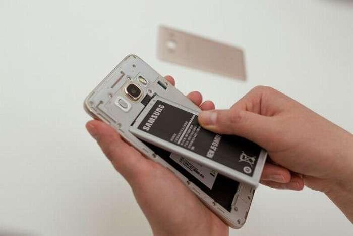 Перезагрузка телефона Самсунг со съемной крышкой